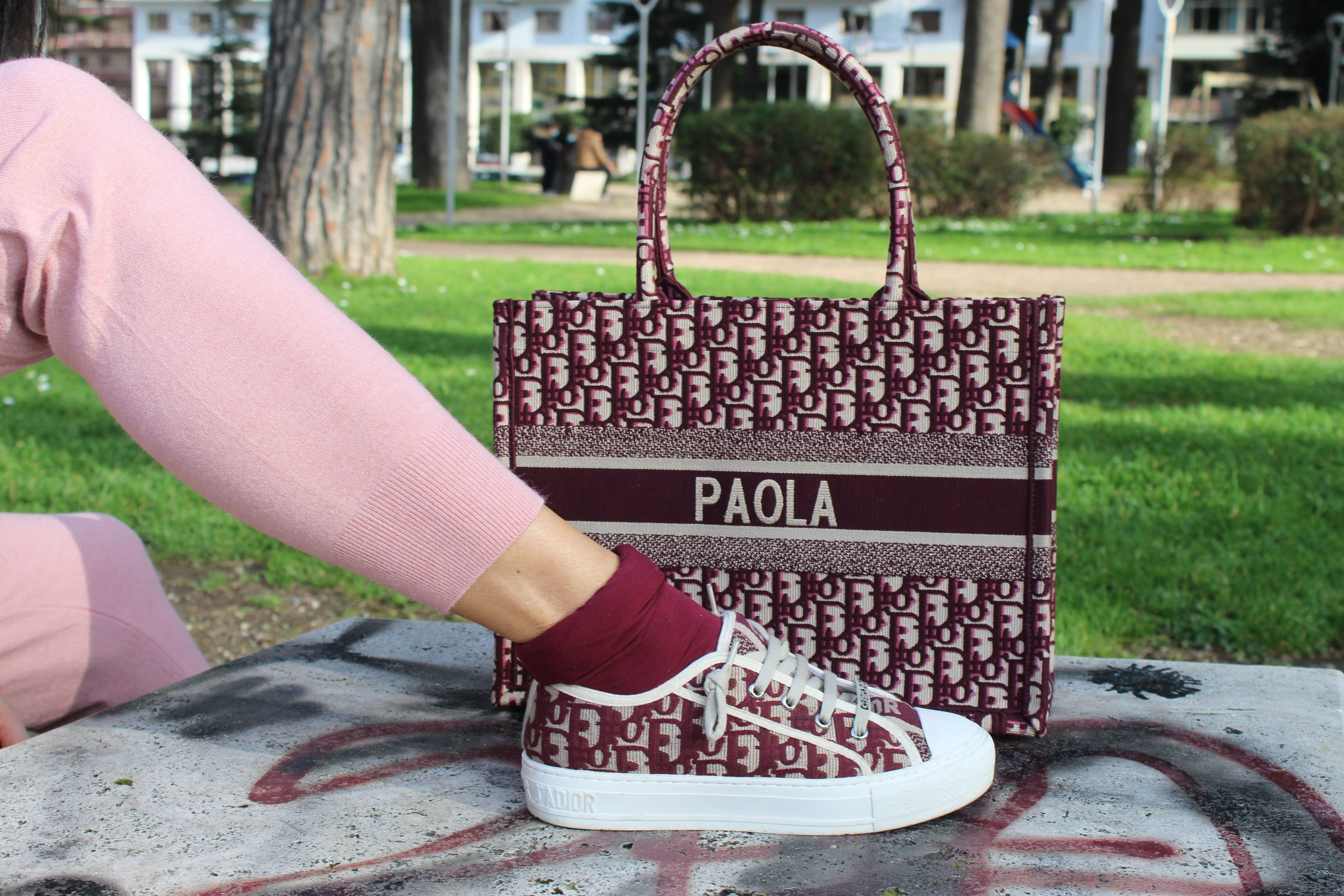 total look dior pink burgundy accessories bag street style Paola Lauretano