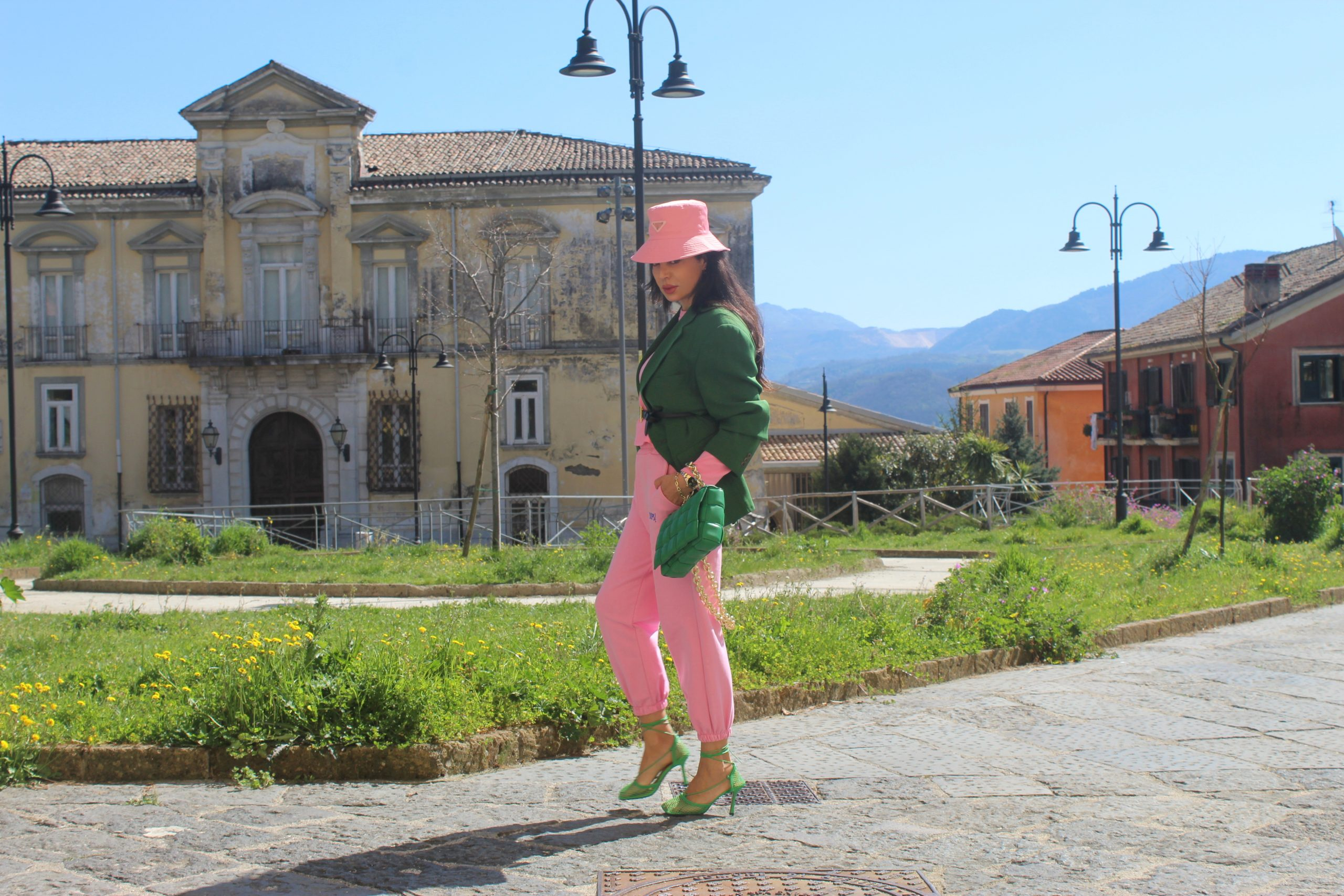 Baby pink and dark green color block spring outfit 2021 Paola Lauretano