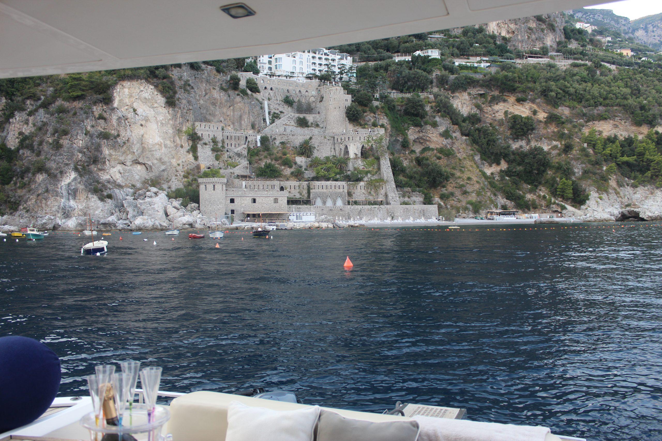 Summer Vacation Costa d'Amalfi Amalfi Coast Boat SIMONA CORSELLINI blazer PINKO camicia e gonna DIOR accessories Paola Lauretano Travel Living Trend
